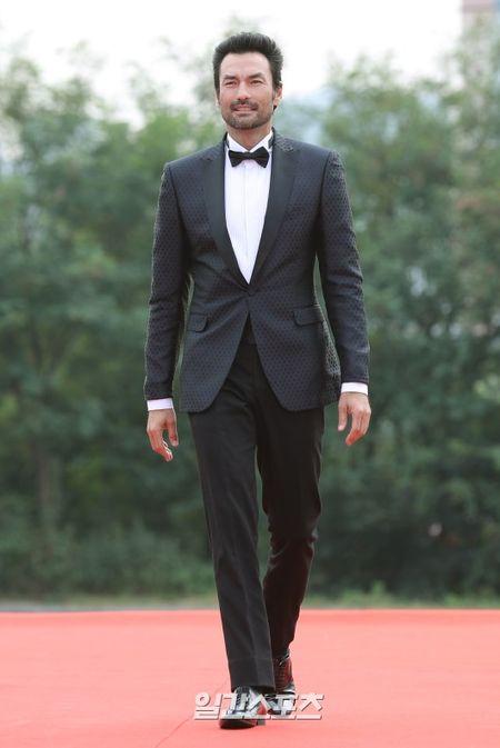 Song Joong Ki banh bao tren tham do - Anh 11