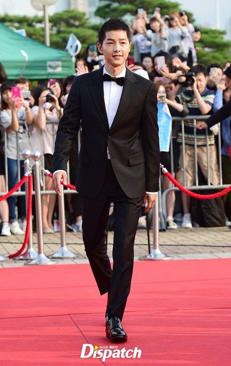 Song Joong Ki banh bao tren tham do - Anh 1