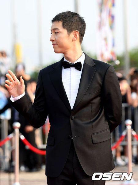 Song Joong Ki banh bao tren tham do - Anh 2