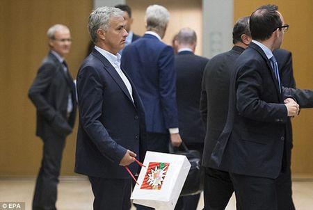 Thu han chong chat, Wenger nhat quyet khong ngoi canh Mourinho o hoi nghi - Anh 2