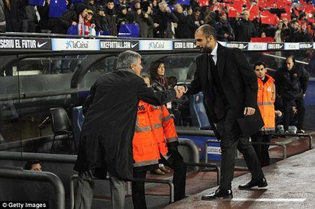 """Nho lai cai dem Pep Guardiola """"lam nhuc"""" Jose Mourinho tai Nou Camp - Anh 2"""