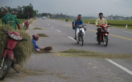 Ha Tinh: Quoc lo 8A tro thanh san phoi rom ra - Anh 1