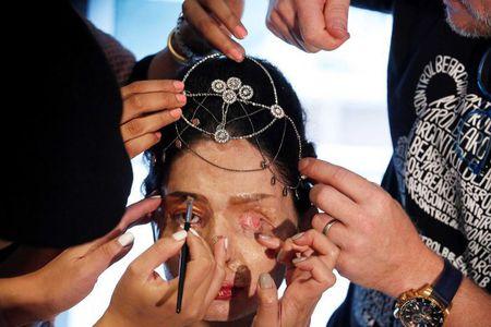 Co gai bi tat axit toa sang tai New York Fashion Week - Anh 3