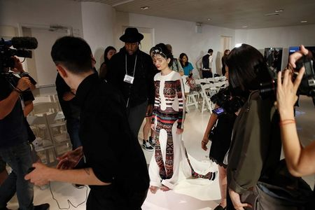 Co gai bi tat axit toa sang tai New York Fashion Week - Anh 5