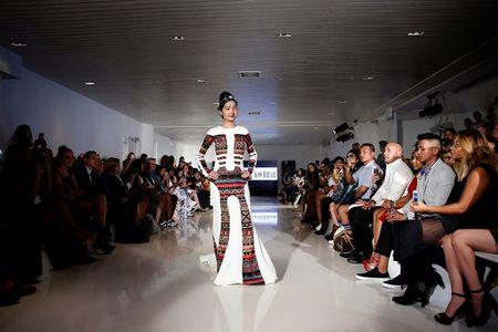 Co gai bi tat axit toa sang tai New York Fashion Week - Anh 6