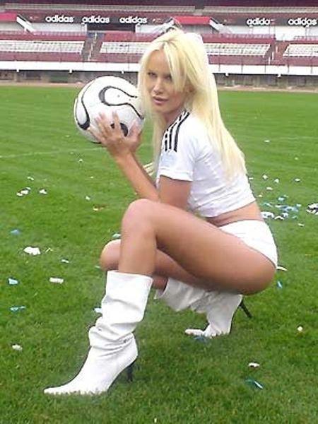 Luciana Salazar - sieu mau nguc tran cuong bong da, me Messi - Anh 1
