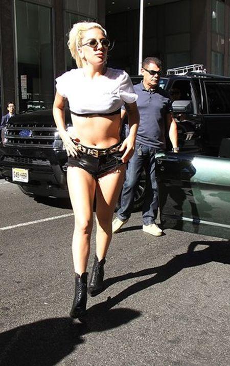 Lady Gaga khoe eo thon voi ao sieu ngan - Anh 9