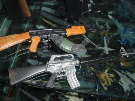 """Soi mat khau sung """"con lai"""" hoan hao cua AK-47 va M16 - Anh 1"""