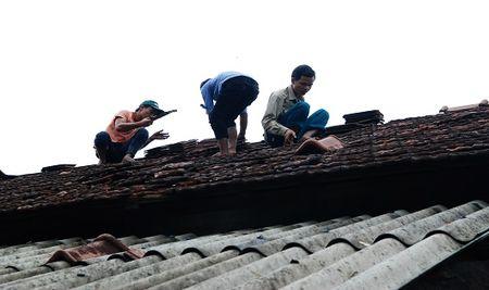 Quang Tri: Loc xoay lam sap va toc mai hon tram nha dan - Anh 1