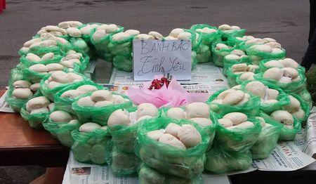 Ha Noi: Chang trai xep 1.000 chiec banh bao to tinh - Anh 1