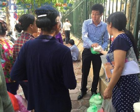 Ha Noi: Chang trai xep 1.000 chiec banh bao thanh hinh trai tim - Anh 2