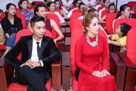 Thu Minh va chong Tay den san khau cua Khanh Thi de cung To - Anh 1