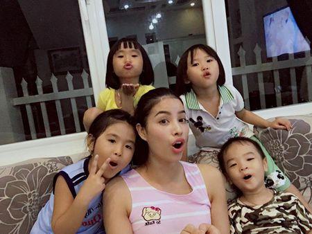 Hoa hau Pham Huong lan dau khoe anh nguoi bo gay go vua om day - Anh 4