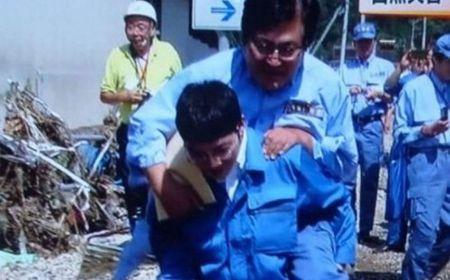 Thu truong Nhat phai xin loi vi duoc cap duoi cong - Anh 1