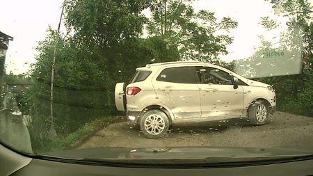Ford Ecosport lao xuong trien de khi lui quay dau - Anh 1