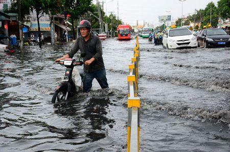 TPHCM: Lap tram bom chong ngap cho duong Kinh Duong Vuong - Anh 1