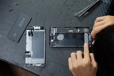 Vua ve Viet Nam, iPhone 7 Plus da bi 'mo bung' de xem linh kien ben trong - Anh 4