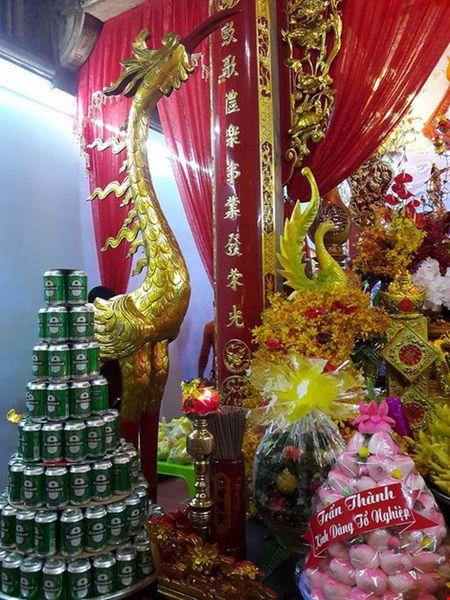 Chi tiet su ruc ro, dat tien khap noi o nha tho To cua Hoai Linh - Anh 10