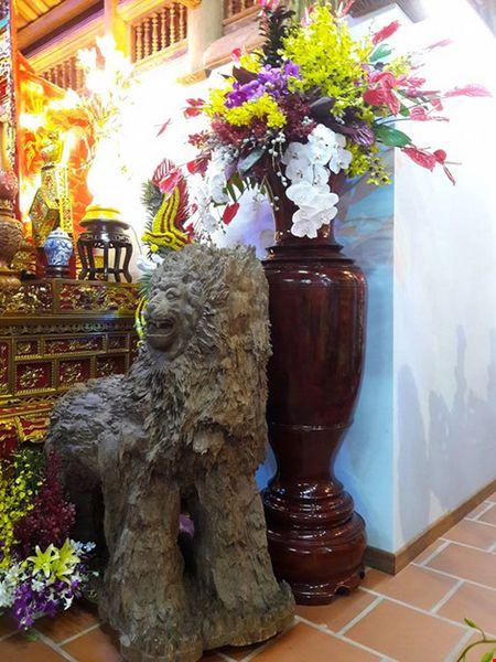 Chi tiet su ruc ro, dat tien khap noi o nha tho To cua Hoai Linh - Anh 15