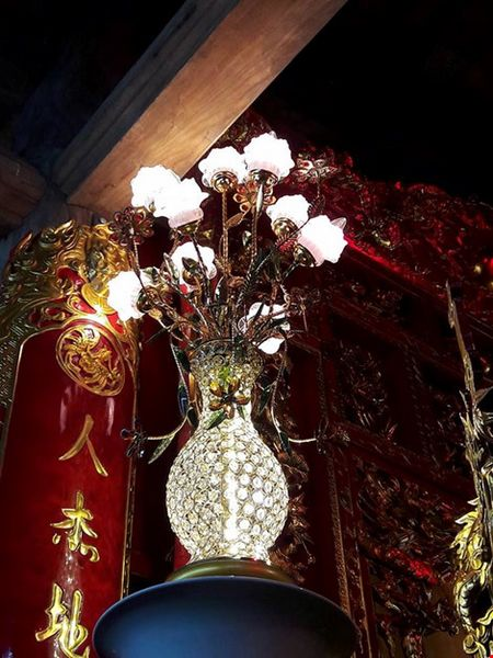 Chi tiet su ruc ro, dat tien khap noi o nha tho To cua Hoai Linh - Anh 16