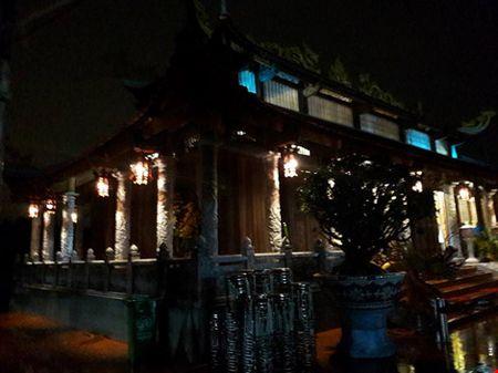 Chi tiet su ruc ro, dat tien khap noi o nha tho To cua Hoai Linh - Anh 32