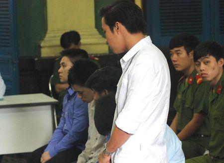 Vu CSGT goi ban 'xu ly' nguoi pham luat: Nan nhan bi dam da - Anh 1