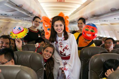 Ninh Duong Lan Ngoc hoa than chi Hang, tang qua tren may bay - Anh 10