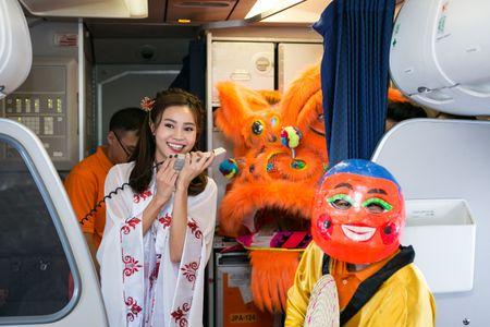 Ninh Duong Lan Ngoc hoa than chi Hang, tang qua tren may bay - Anh 1
