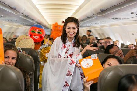 Ninh Duong Lan Ngoc hoa than chi Hang, tang qua tren may bay - Anh 2