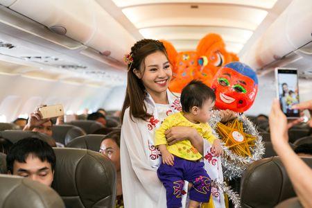 Ninh Duong Lan Ngoc hoa than chi Hang, tang qua tren may bay - Anh 4