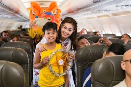 Ninh Duong Lan Ngoc hoa than chi Hang, tang qua tren may bay - Anh 5