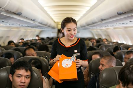 Ninh Duong Lan Ngoc hoa than chi Hang, tang qua tren may bay - Anh 6