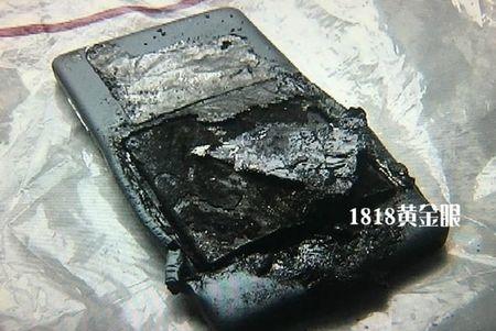 Smartphone phat no kinh hoang trong tui quan gay bong do 3 - Anh 3