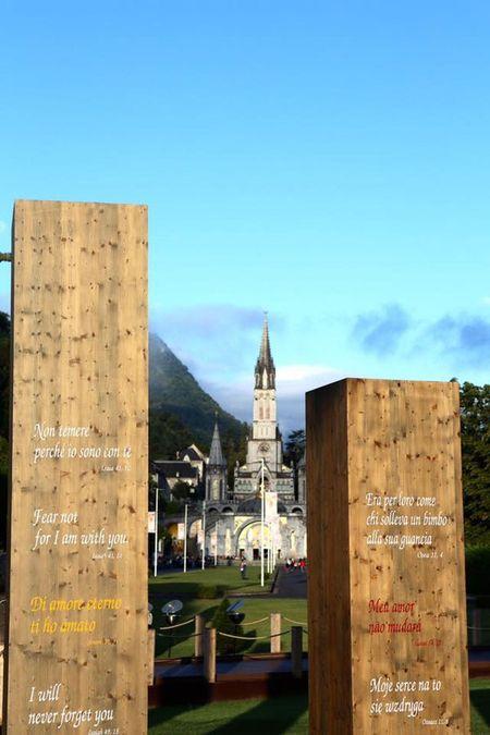Lourdes (Phap): Tu ngoi lang hoang so den thanh duong du lich - Anh 7