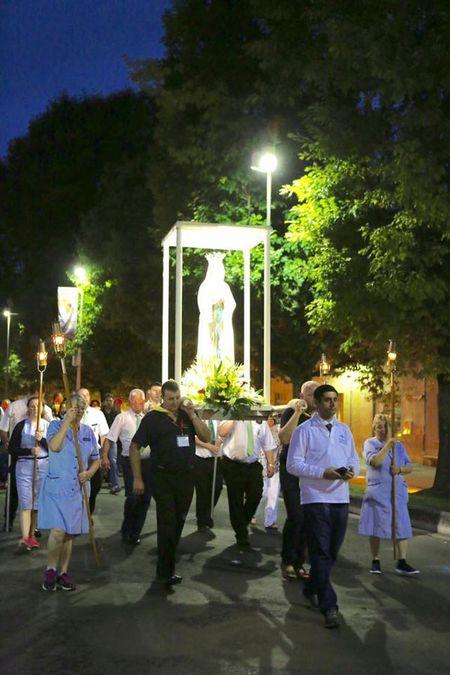 Lourdes (Phap): Tu ngoi lang hoang so den thanh duong du lich - Anh 8