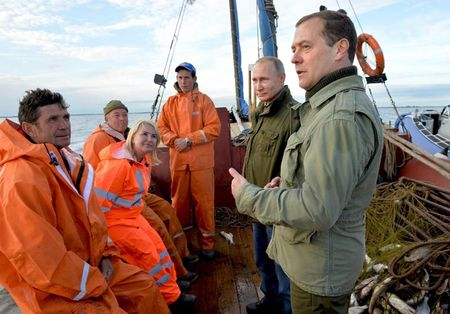 Putin va Medvedev di danh ca cung ngu dan - Anh 1