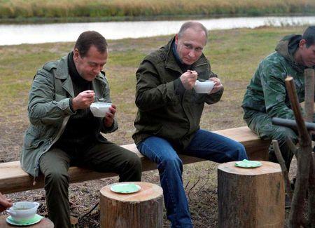 Putin va Medvedev di danh ca cung ngu dan - Anh 2