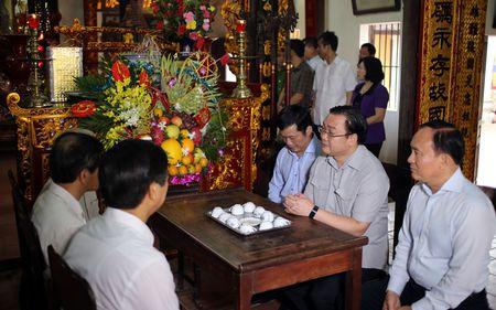 Bi thu Ha Noi dang huong tai Nha tho Anh hung dan toc Nguyen Trai - Anh 2
