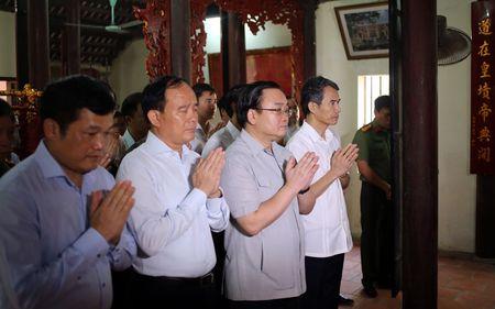 Bi thu Ha Noi dang huong tai Nha tho Anh hung dan toc Nguyen Trai - Anh 3