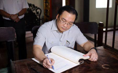 Bi thu Ha Noi dang huong tai Nha tho Anh hung dan toc Nguyen Trai - Anh 4