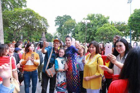 Hoa hau My Linh, A hau Thanh Tu nhay flashmob cung hang nghin ban tre - Anh 2