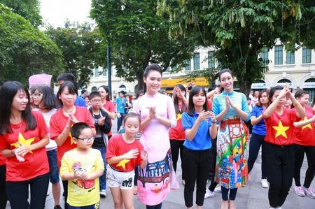 Hoa hau My Linh, A hau Thanh Tu nhay flashmob cung hang nghin ban tre - Anh 4
