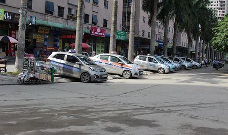 Taxi ngoai tinh tran vao Ha Noi kho xu ly vi 'lo hong' co che quan ly - Anh 1