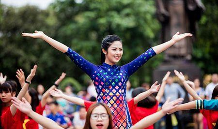 Hoa hau, A hau nhay flashmob o Ho Guom - Anh 1