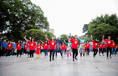 Hoa hau, A hau nhay flashmob o Ho Guom - Anh 7