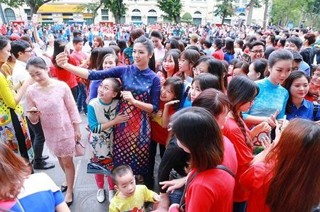 Hoa hau, A hau nhay flashmob o Ho Guom - Anh 8