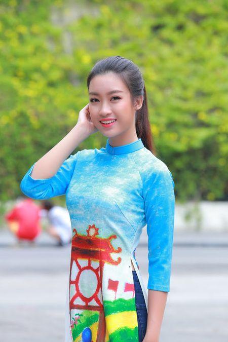 Mac ao dai va quan jeans tai Ho Guom, hoa hau Do My Linh bi fan vay kin - Anh 1