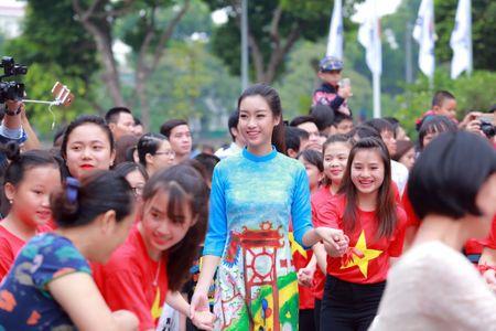 Mac ao dai va quan jeans tai Ho Guom, hoa hau Do My Linh bi fan vay kin - Anh 5