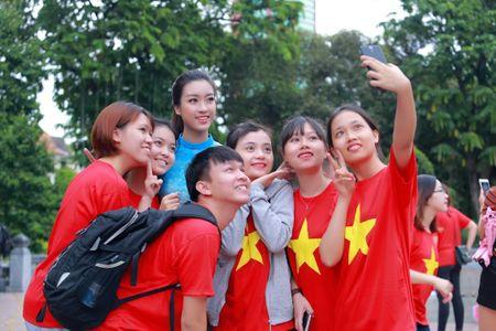 Mac ao dai va quan jeans tai Ho Guom, hoa hau Do My Linh bi fan vay kin - Anh 6