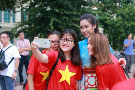 Mac ao dai va quan jeans tai Ho Guom, hoa hau Do My Linh bi fan vay kin - Anh 7